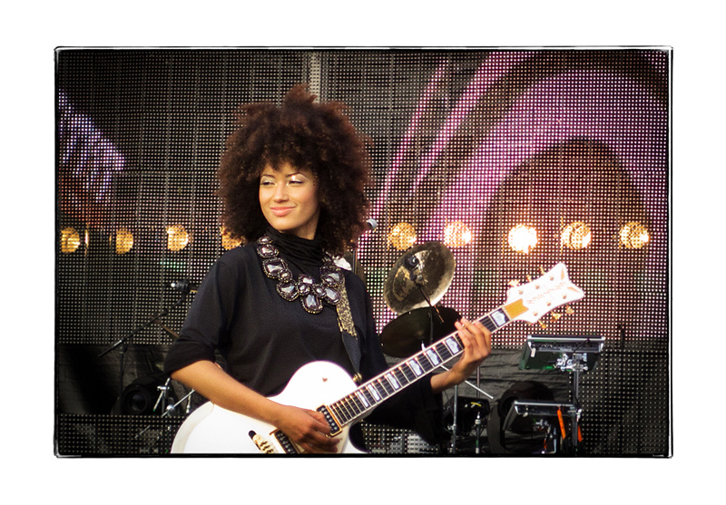 Andy Allo joining Prince and the New Power Generation on stage during their Belgian concerts